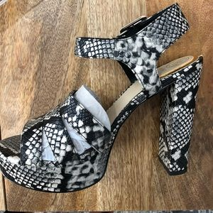 Guess LYLAH hello size 8 NEW with box. Never worn